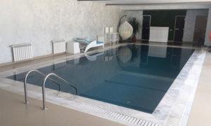 Бетонный бассейн с переливной системой