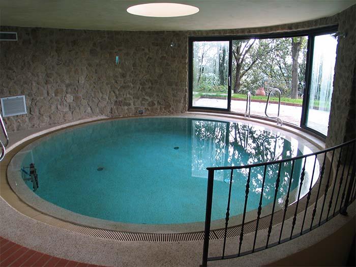 круглый бассейн в доме