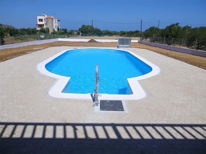 открытый бассейн с перилами