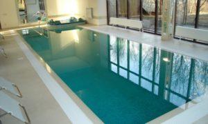 Бетонный бассейн с отделкой мозаикой и внутренними ступенями